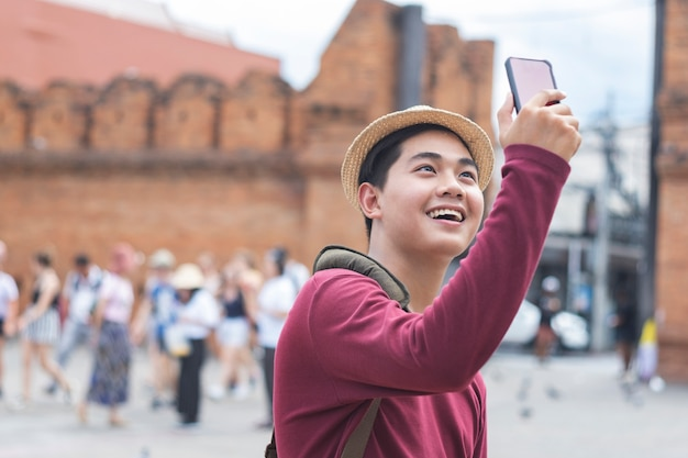 Young traveller taking a photo with smart phone. Premium Photo