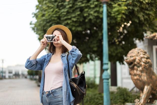 若い旅行者が路上で写真を撮る 無料写真