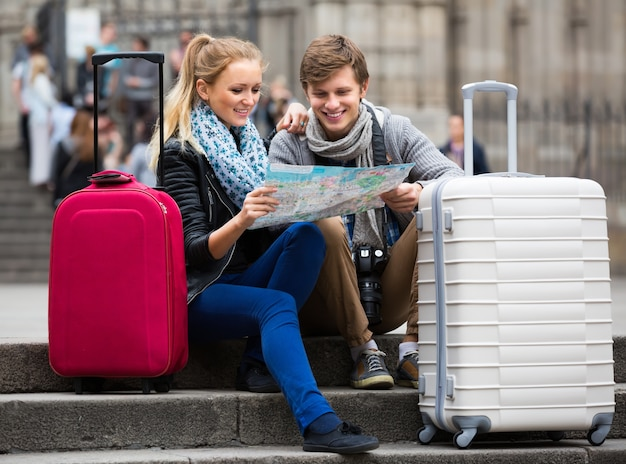 Young travellers with city map at street<br /><br /><br /><br /><br /><br /><br /><br /><br />  Premium Photo