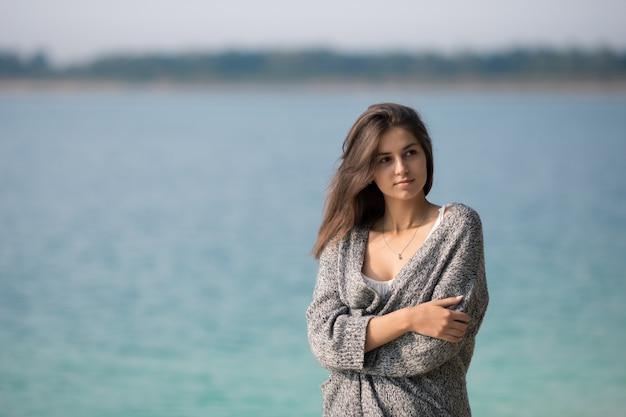 Симпатичная девушка на берегу озера