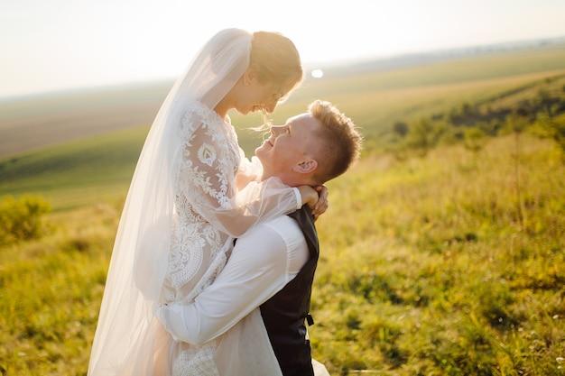 Молодая свадебная пара наслаждается романтическими моментами Бесплатные Фотографии