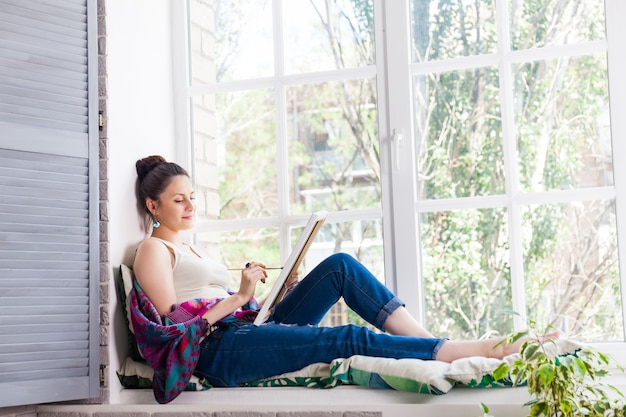 Young woman artist painting at home Premium Photo