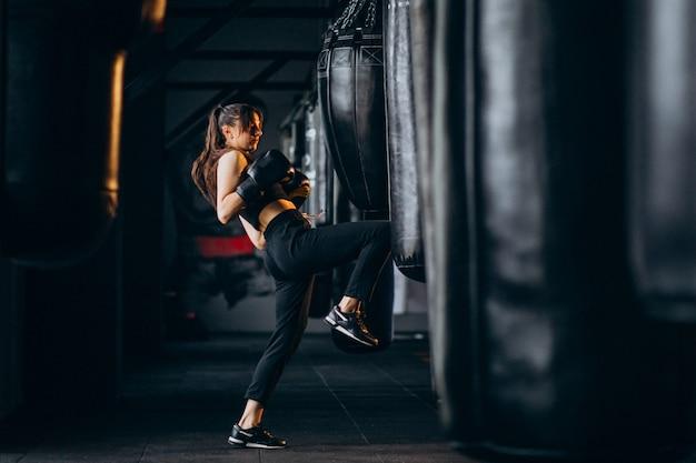 Тренировка боксера молодой женщины на спортзале Бесплатные Фотографии