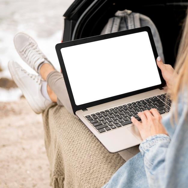 Молодая женщина, просматривающая ноутбук в поездке Бесплатные Фотографии