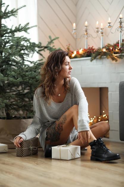 クリスマスを祝う若い女性 無料写真