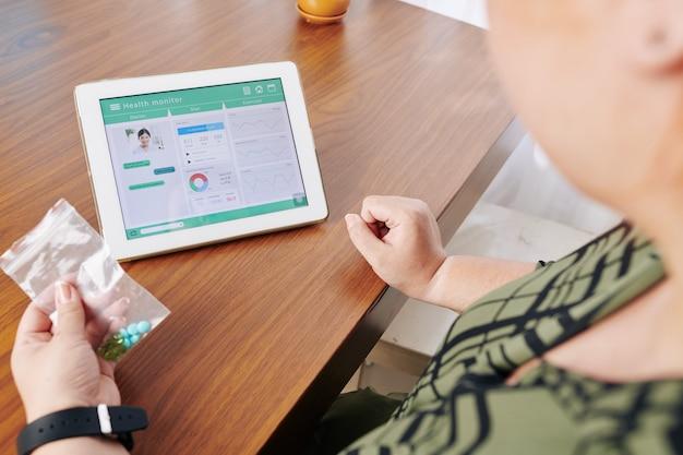 若い女性の健康モニターをチェック Premium写真