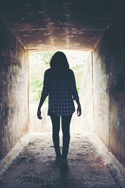 외로운 터널을 건너 젊은 여자 무료 사진