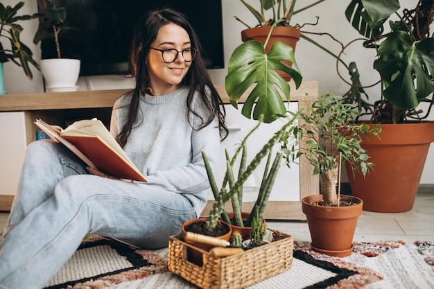 若い女性が自宅で植物を栽培 無料写真