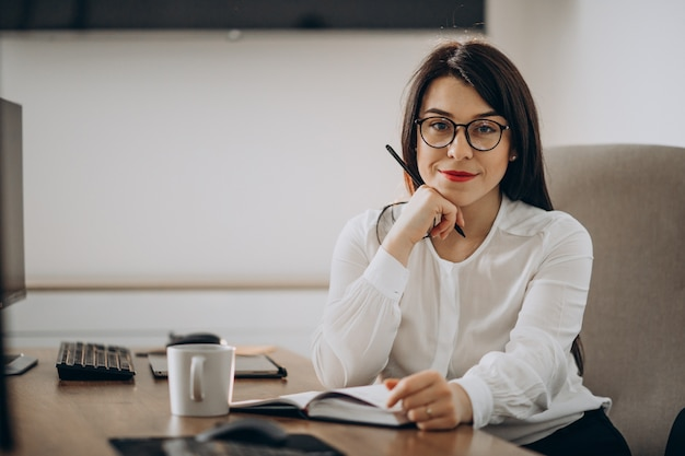 Young woman designer working at the desk Free Photo