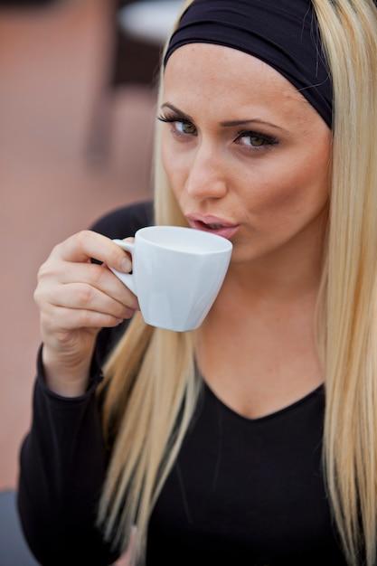 コーヒーを飲む若い女性 Premium写真