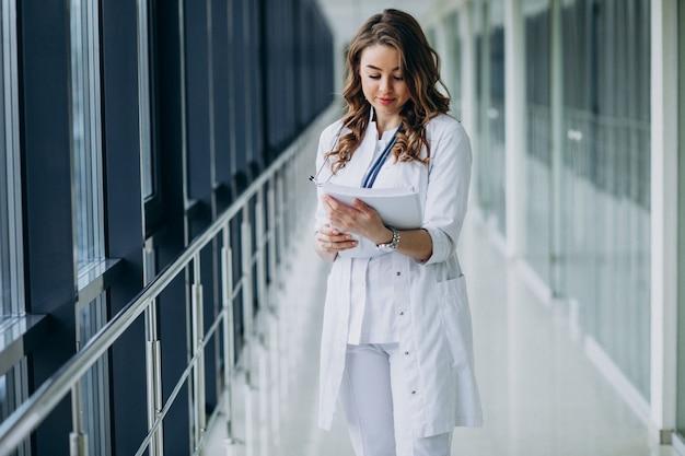 Medico della giovane donna con lo stetoscopio all'ospedale Foto Gratuite