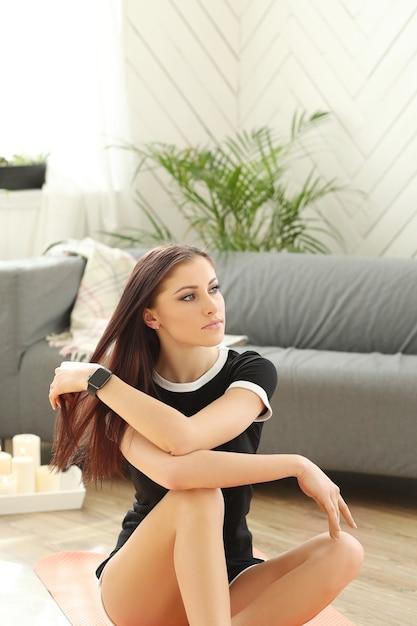 自宅で演習を行う若い女性 無料写真