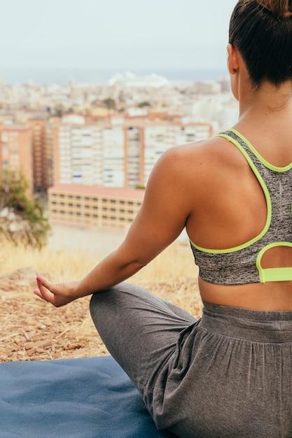 Giovane donna facendo yoga e meditare Foto Gratuite