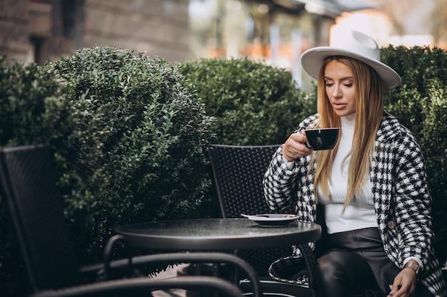 カフェでコーヒーを飲む若い女性 無料写真