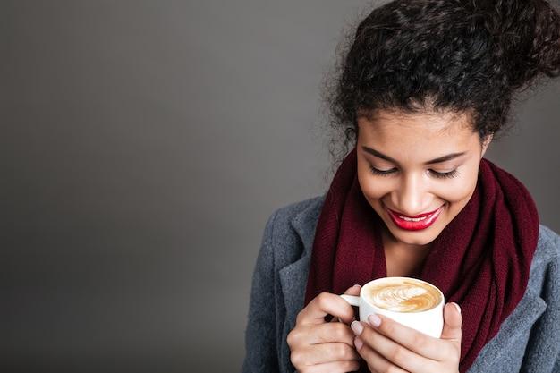 コーヒーを飲む若い女性 無料写真