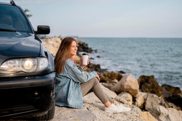 Giovane donna che gode del viaggio su strada Foto Gratuite