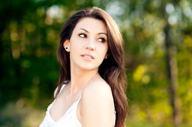 公園で夏を楽しんでいる若い女性 無料写真