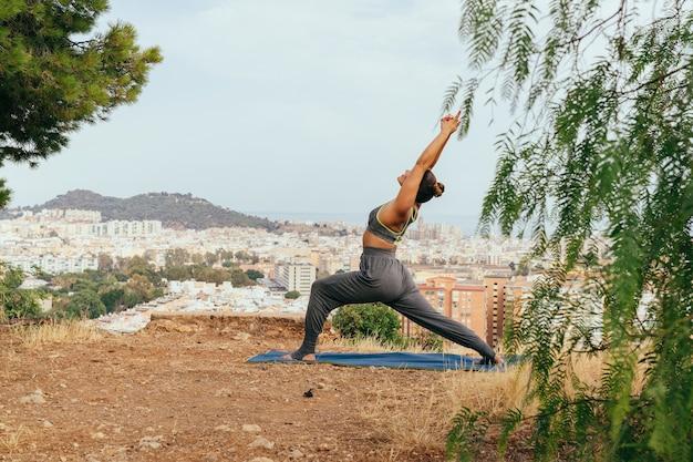 Giovane donna godendo yoga e viste Foto Gratuite