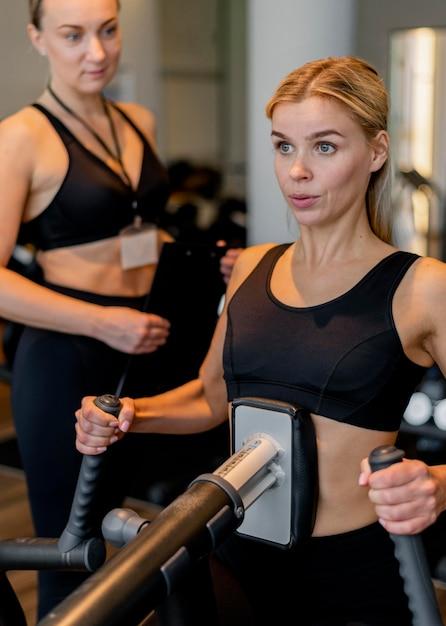 ジムで運動する若い女性 無料写真