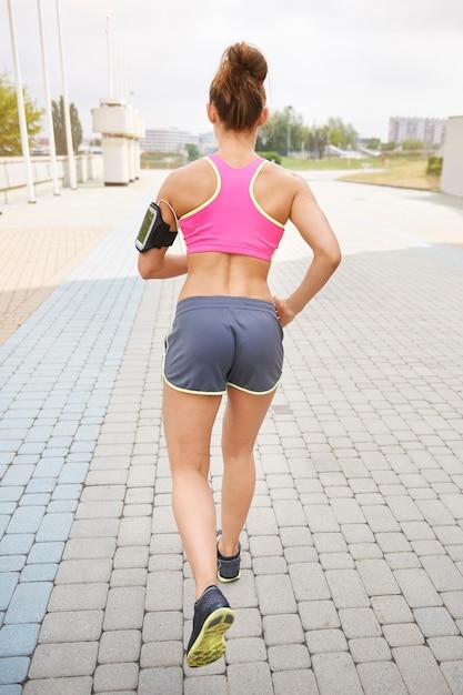 屋外で運動する若い女性。目的を見つけることはジョギングで非常に重要です 無料写真