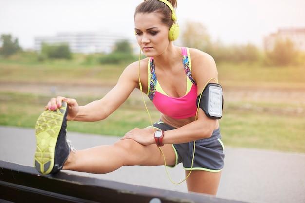 屋外で運動する若い女性。朝のジョギングは日中生き生きと感じさせます 無料写真
