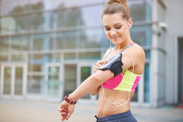 屋外で運動する若い女性。ジョギング中の音楽は素晴らしいヘルパーです 無料写真
