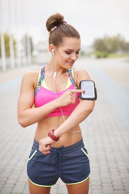 屋外で運動する若い女性。ジョギング中に必要なのはいい音楽です 無料写真