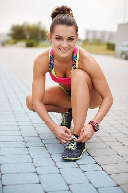 Giovane donna che si esercita all'aperto. donna che prepara per fare jogging mattutino Foto Gratuite