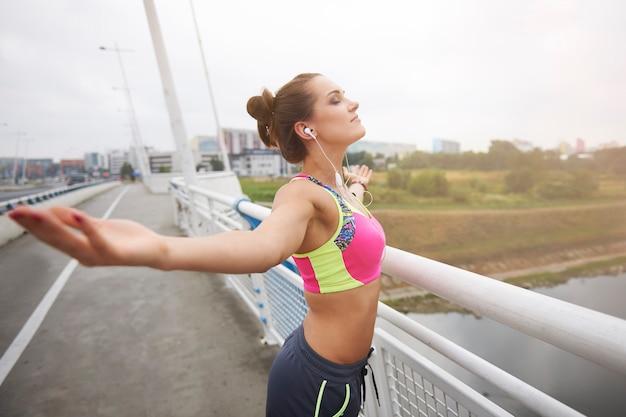 外で運動する若い女性。私の最大の情熱から得たポジティブなエネルギー 無料写真