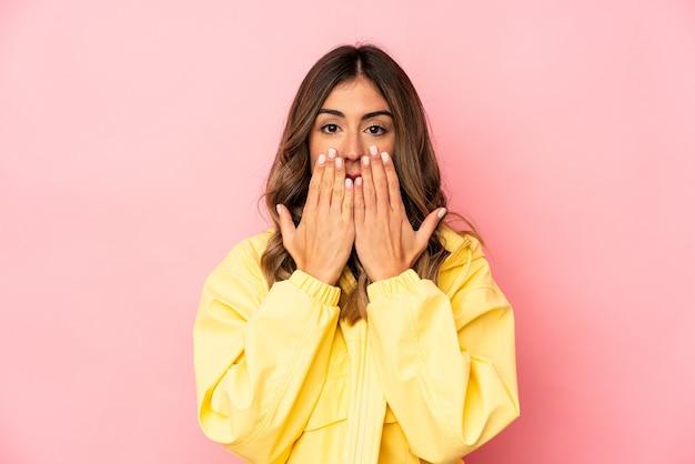 고립 된 감정을 표현하는 젊은 여자 프리미엄 사진