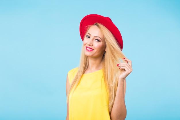 젊은 여성 패션 Lookbook 모델 스튜디오 초상화. 프리미엄 사진