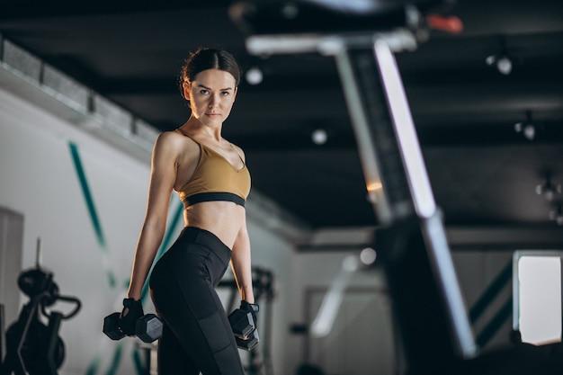 Молодая женщина фитнес-тренер в тренажерном зале Бесплатные Фотографии
