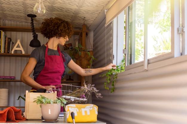 Молодая женщина, садоводство в помещении Бесплатные Фотографии