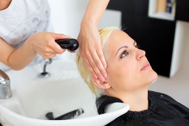 Young woman at hairdresser Premium Photo