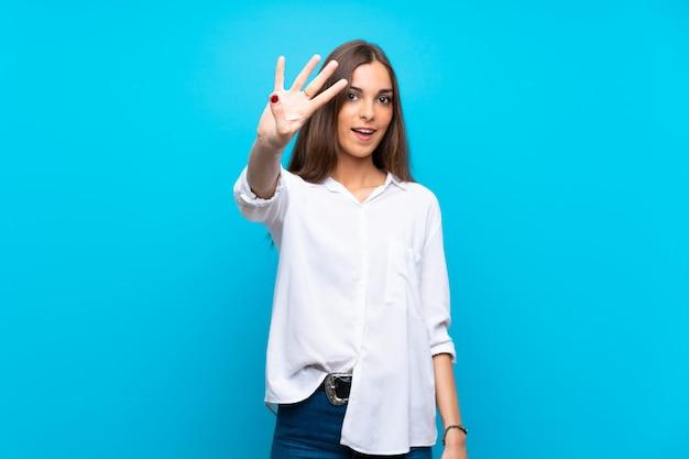 Молодая женщина счастлива и считать четыре с пальцами Premium Фотографии