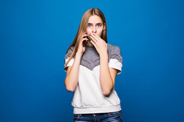 電話で話しながら驚いた表情を持つ若い女性 無料写真