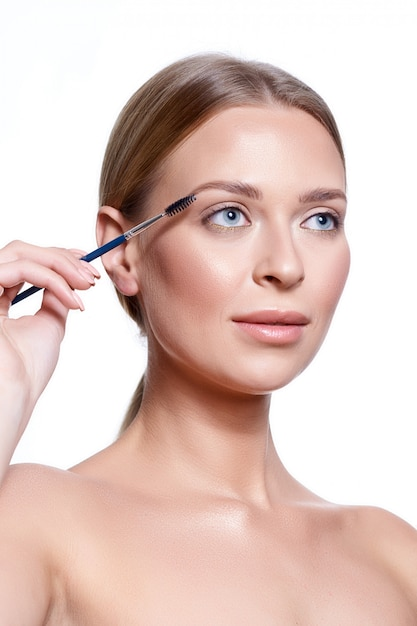 Young woman having brow color added to her eyebrows Premium Photo