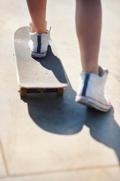 Skatepark에서 재미 젊은 여자 무료 사진