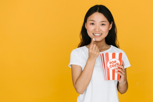 Young woman having some popcorn with copy space Free Photo