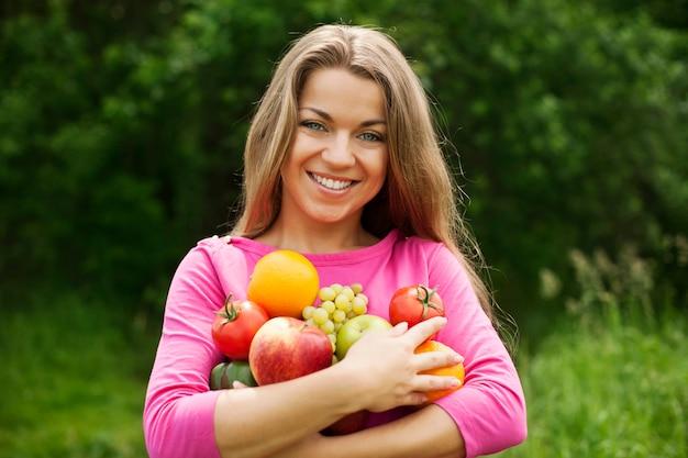 果物や野菜を保持している若い女性 無料写真