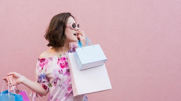 買い物袋を保持している若い女性 Premium写真