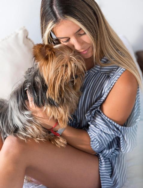 Молодая женщина обнимает собаку Бесплатные Фотографии