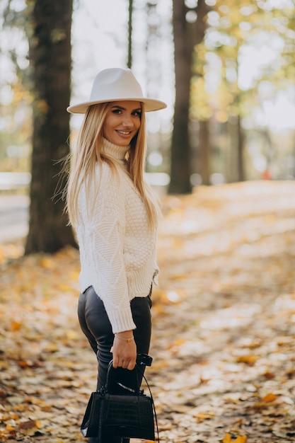 秋の公園の若い女性 無料写真