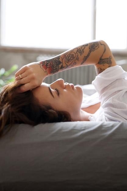 朝ベッドで若い女性 無料写真