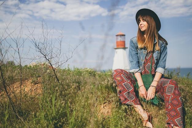 田舎の自由奔放なスタイルの若い女性 無料写真