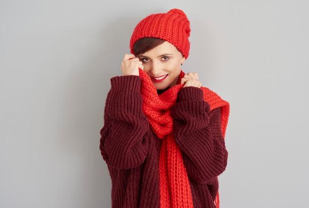 快適な冬の服を着た若い女性 無料写真