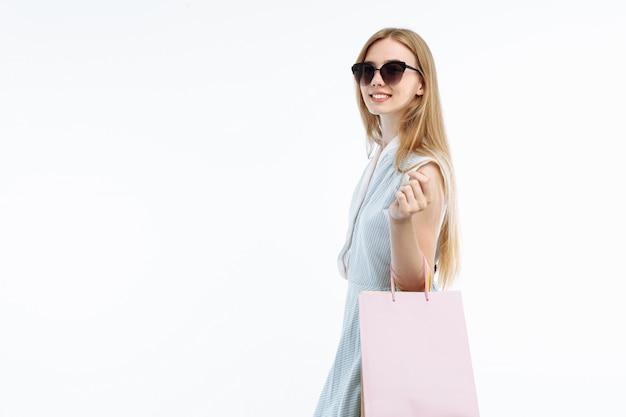 안경 쇼핑, 선물 가방 포즈에 젊은 여자 프리미엄 사진