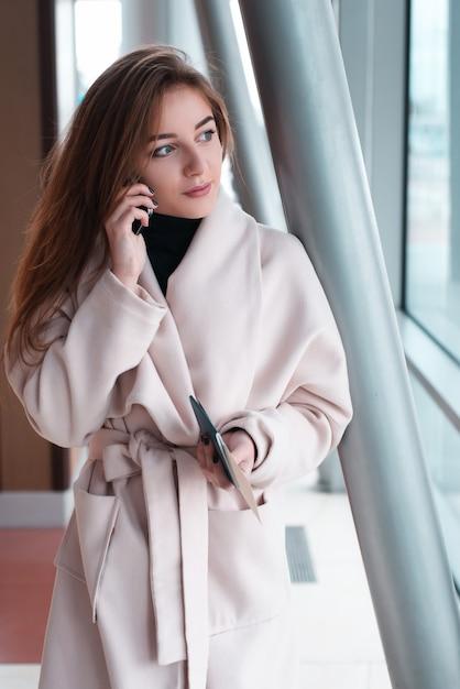 Молодая женщина в международном аэропорту. Premium Фотографии