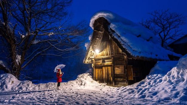 겨울, 일본 시라카와 고 마을에서 젊은 여자. 무료 사진