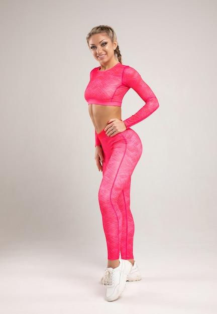 Молодая женщина в спортивной одежде Premium Фотографии